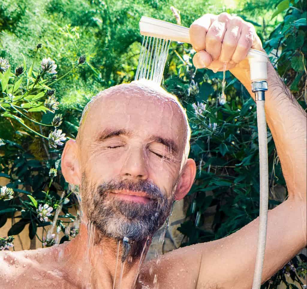 Mann mit Bart duscht