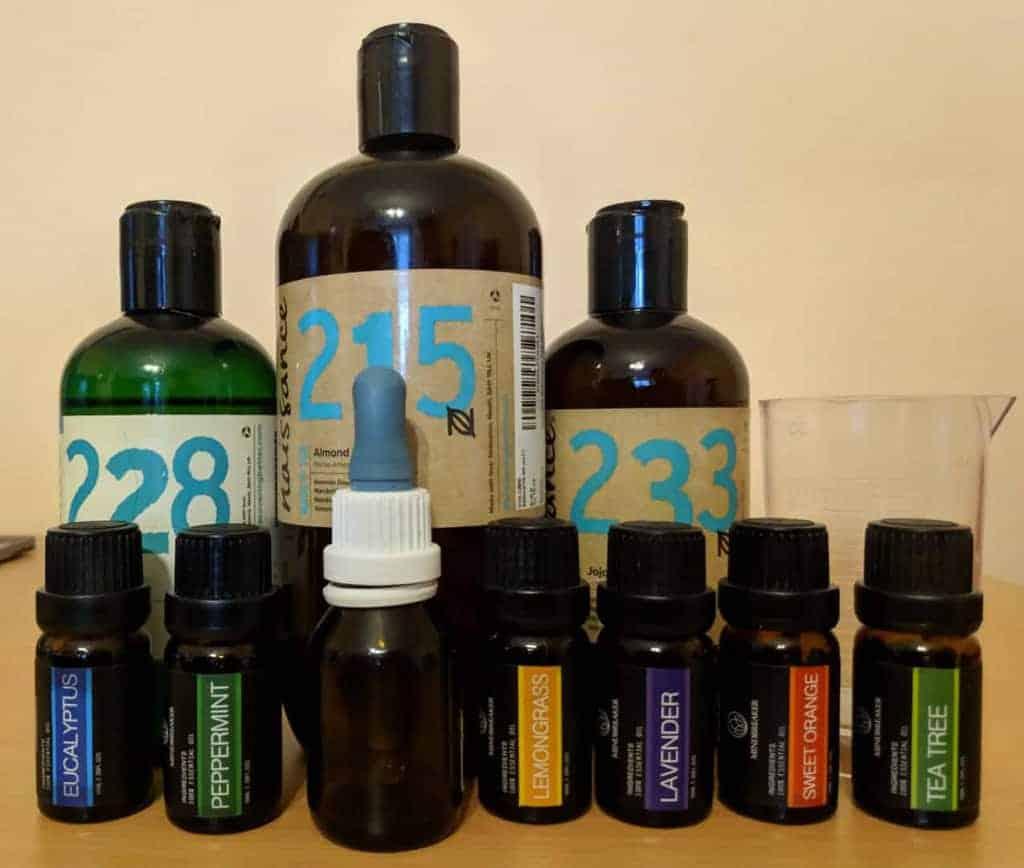 Alle Utensilien und Zutaten für die Zubereitung des eigenen Bartöls aufgereiht