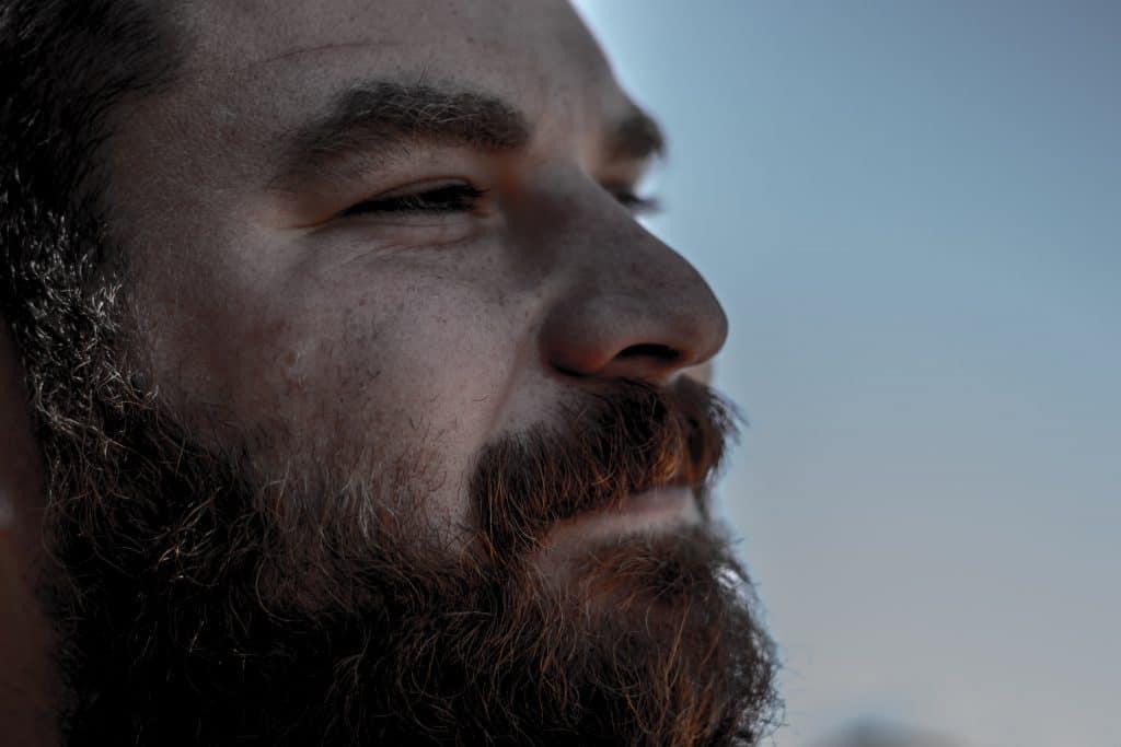 Mann mit Bart in Nahaufnahme