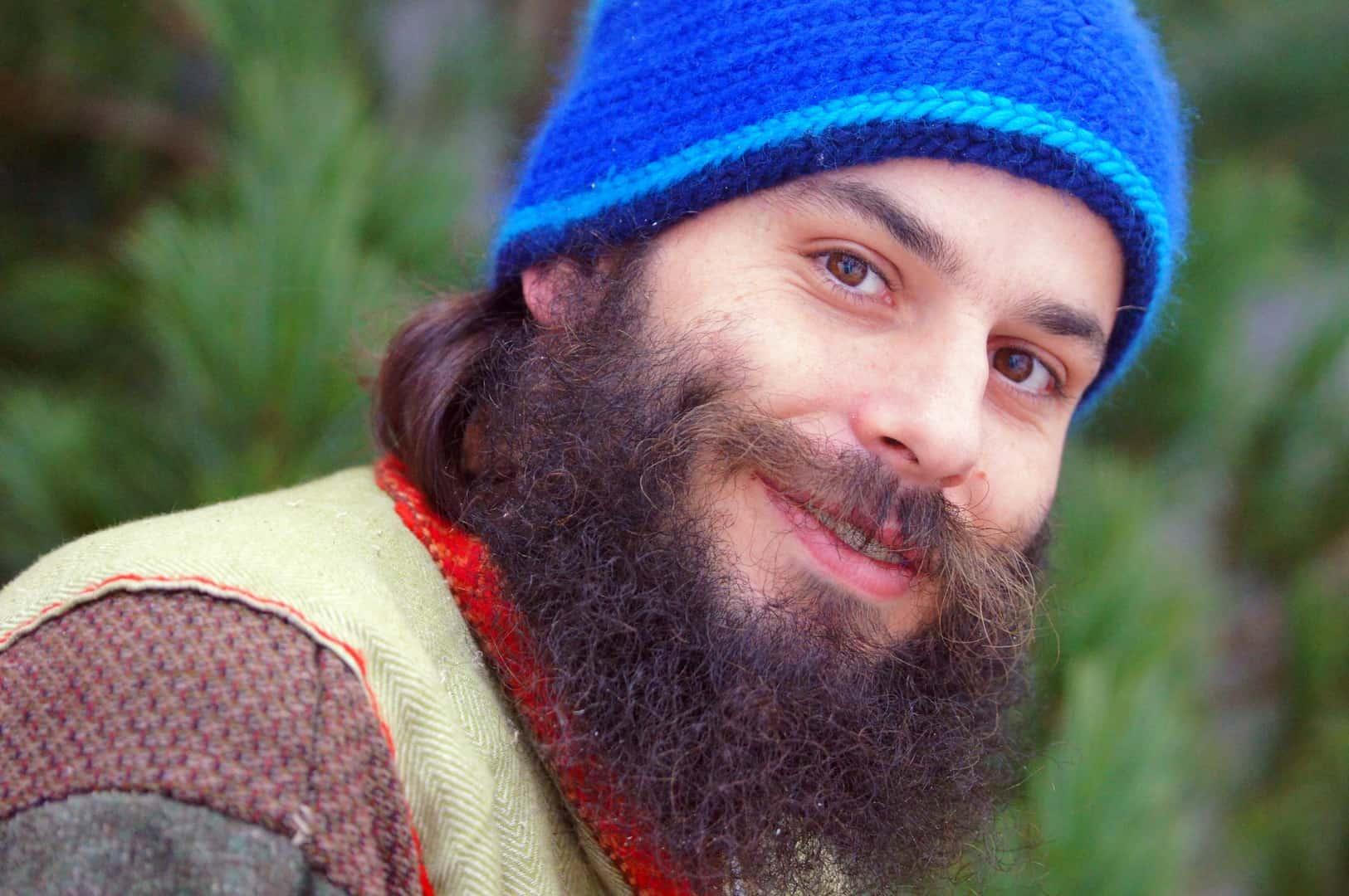Mann mit lockigem Bart