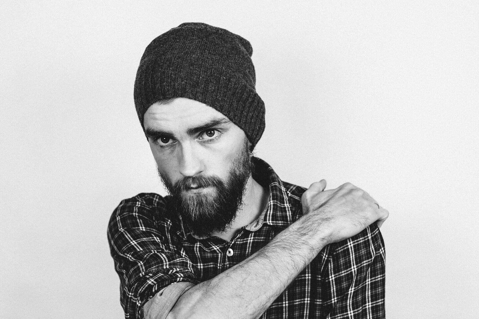 Trauriger Mann mit Bart