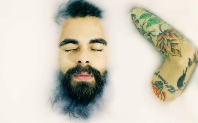 Mann mit Bart in Schaumbad