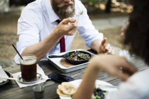 Wie dein Bart beim Essen und Trinken sauber bleibt