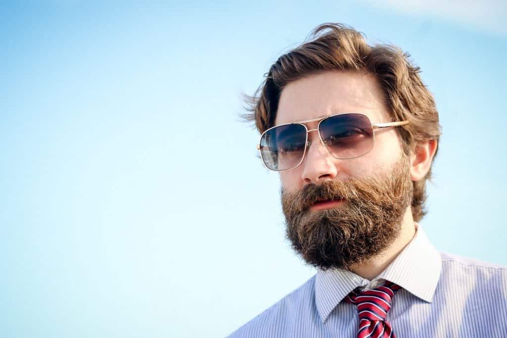 Mann mit Bart und Sonnenbrille