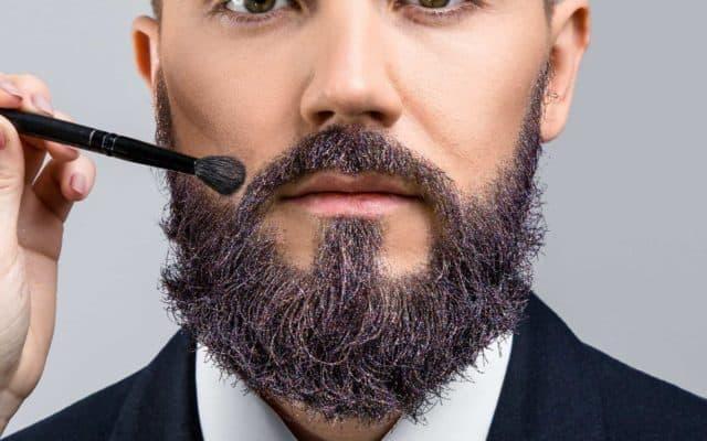 Mann wirt Bart gefärbt