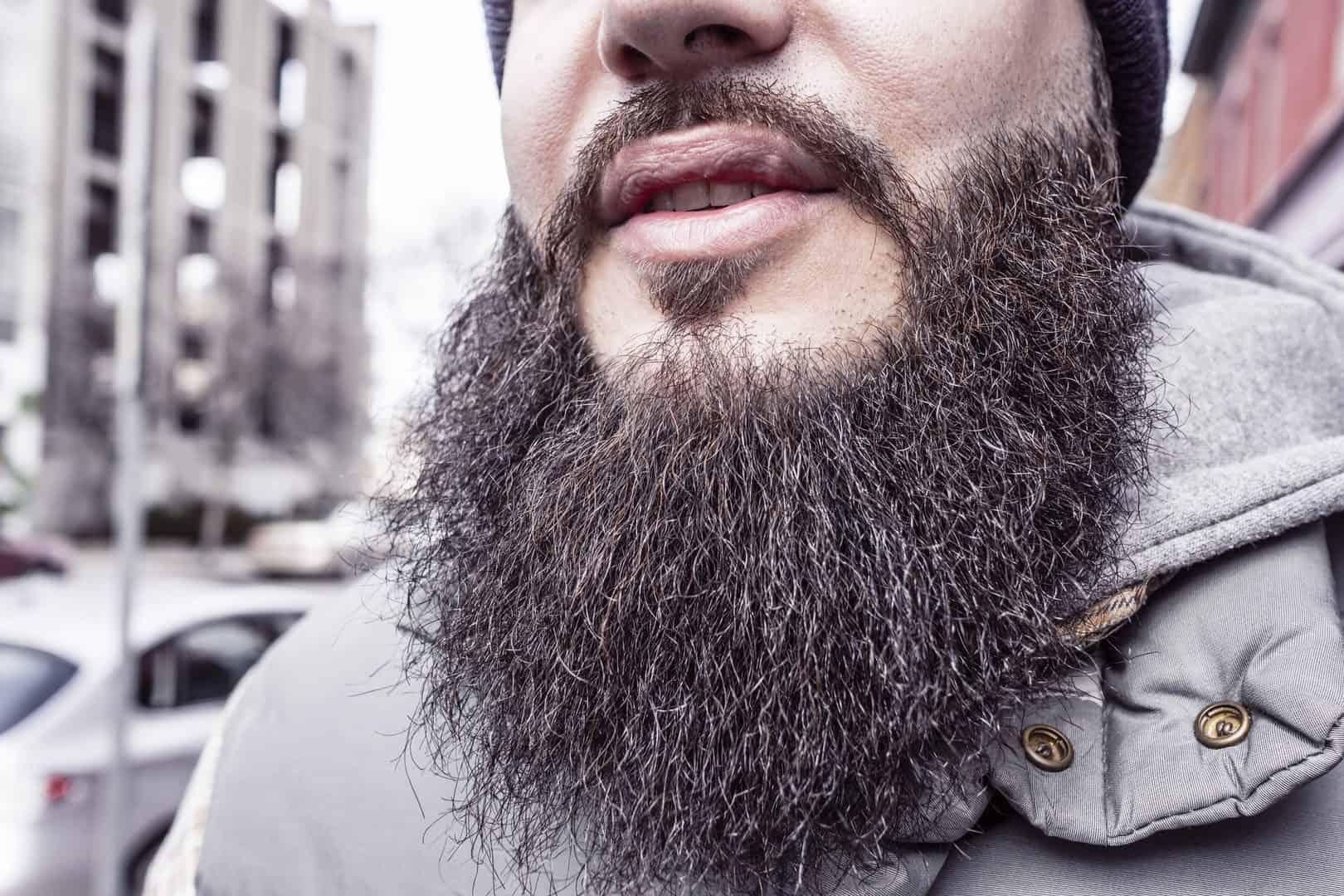 Mann mit voluminösen Bart