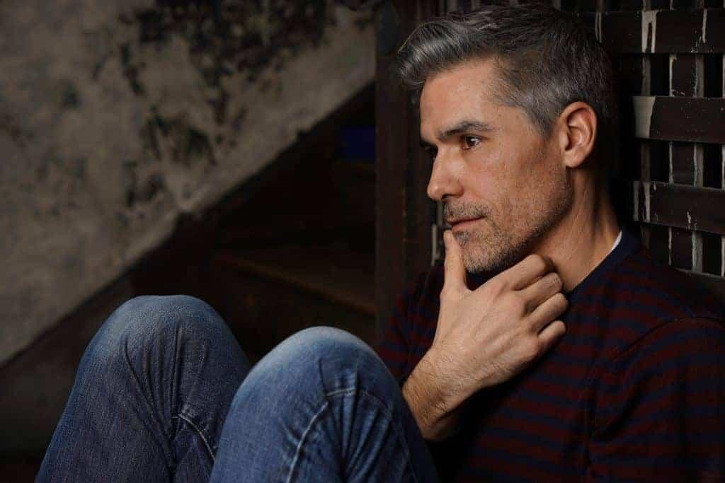 Mann mit grauem 3-Tage-Bart