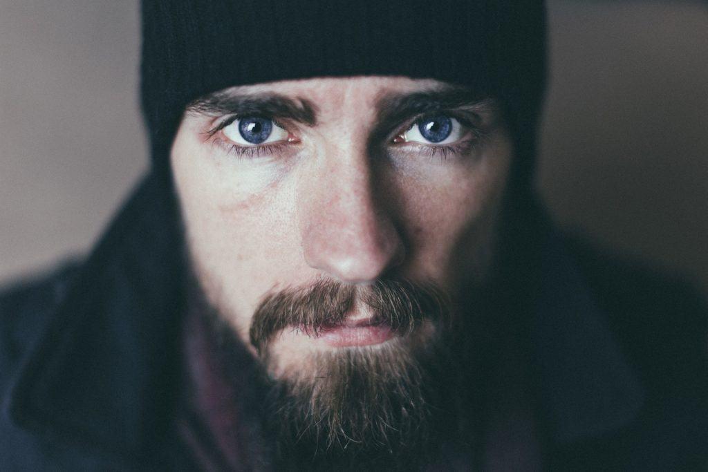Mann mit Bart und Haube