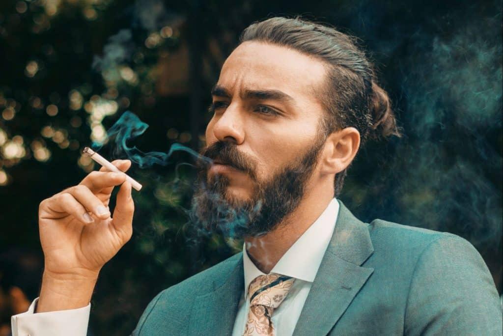 Mann mit Bart raucht