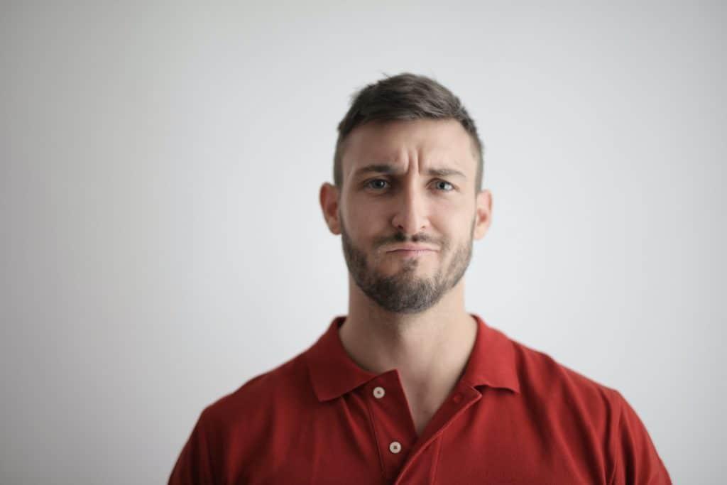Mann mit Bart und unsicheren Blick