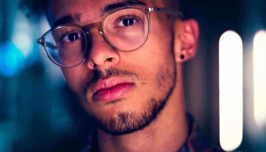 Mann mit Lücken im Bart und Brille