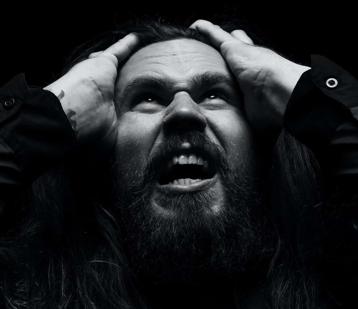 Wütender Mann mit Bart