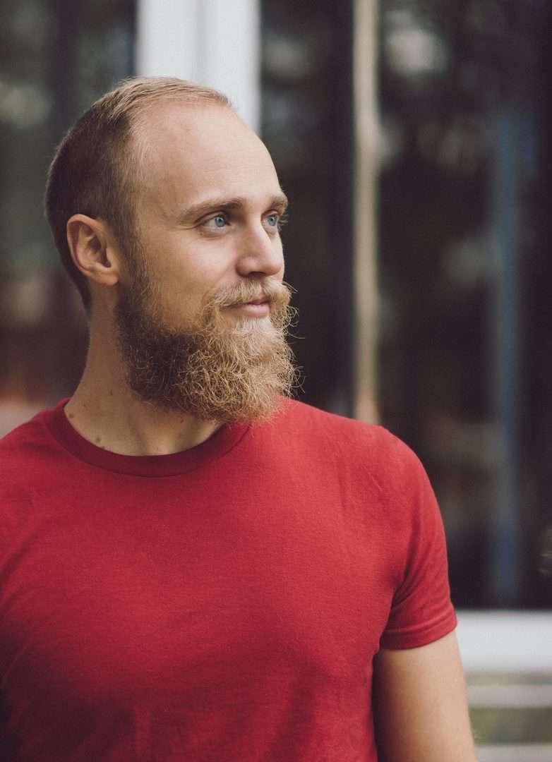 Mann mit blondem Bart