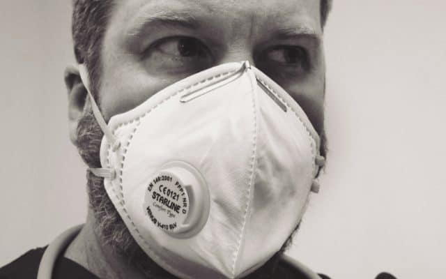 Mann mit Gesichtsmaske und Bart
