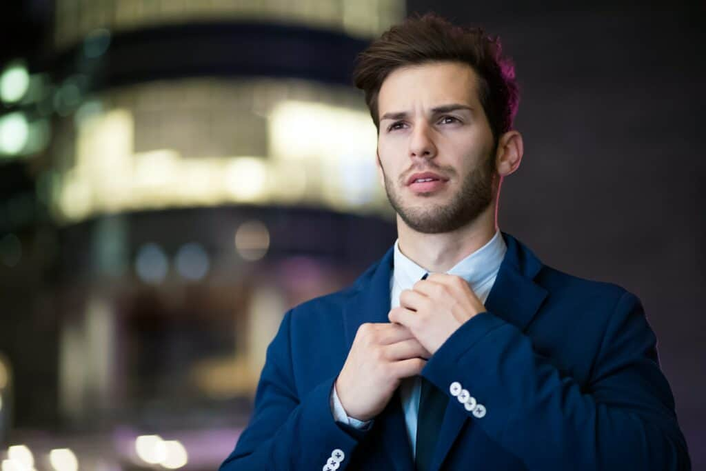 Mann mit Anzug und viel Volumen im Haar